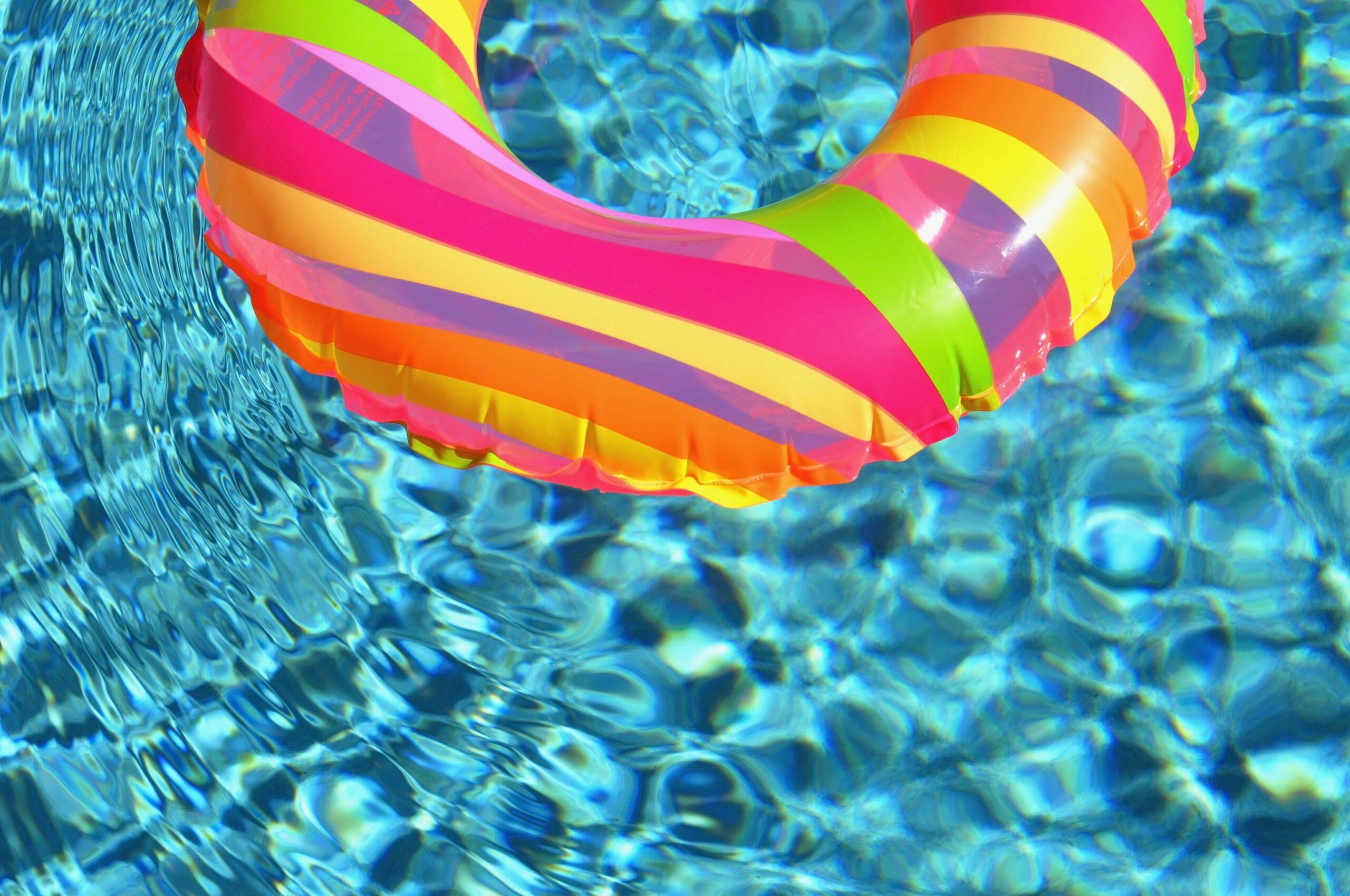 swim_ring_in_the_pool_204904